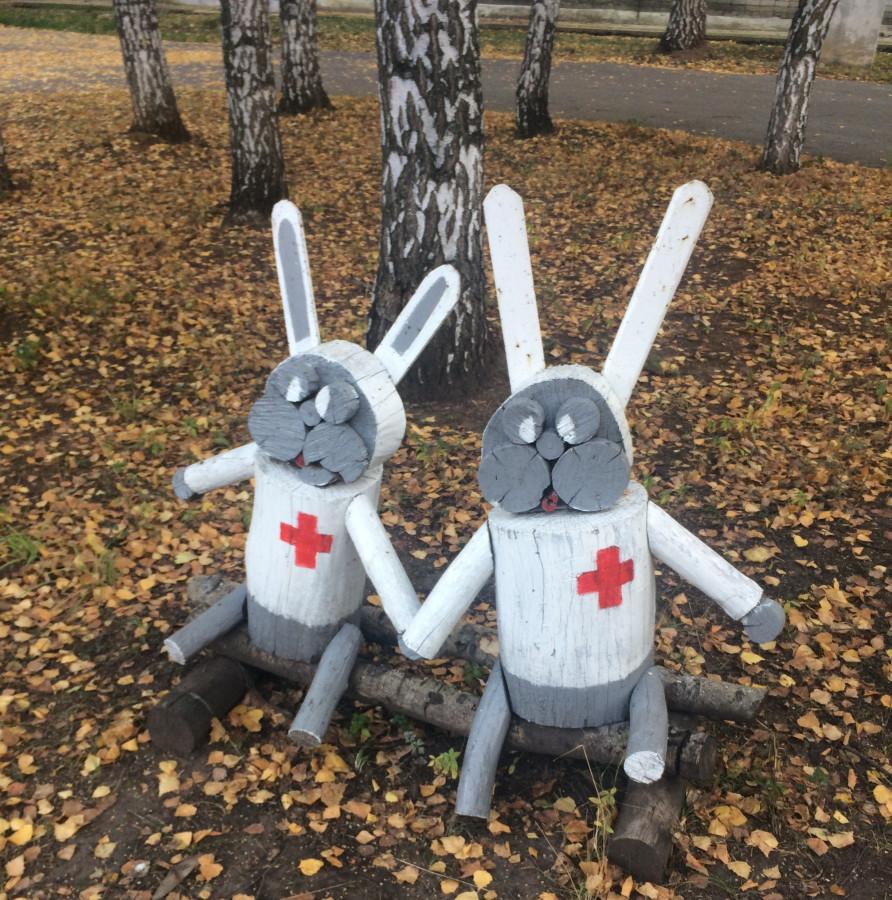 Символичная скульптурная группа на территории одной из региональных больниц.