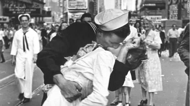 Моряк на этом фото умер сегодня в возрасте 95 лет.