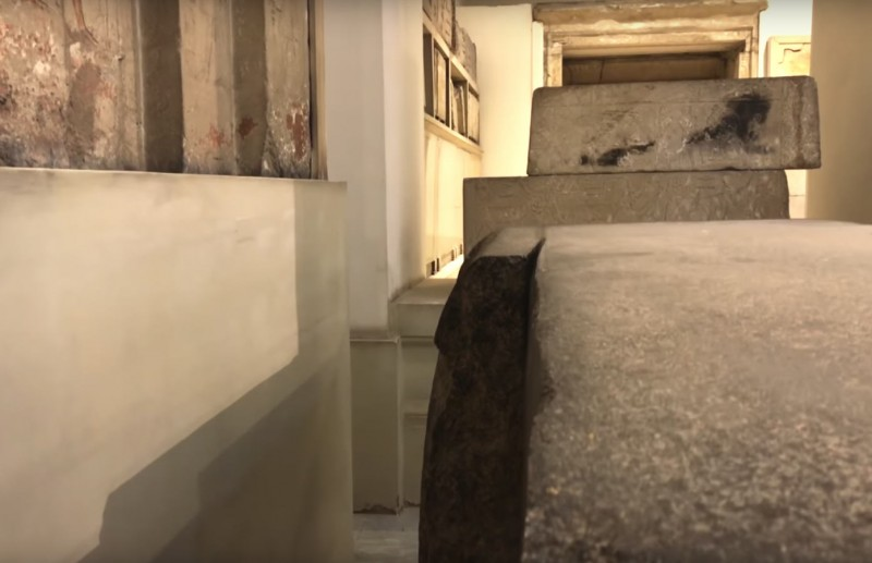 Это крышка огромного гранитного ящика неизвестного назначения (гид вам скажет что могила, однако этому нет никаких доказательств)
