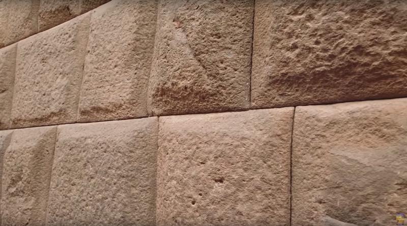 Даже там, где линии прямые, точность способность подогнать камни выше не только испанских технологий, но так же и современных.
