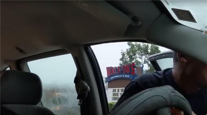С их помощью удалось вытащить машину на горку к ресторану.