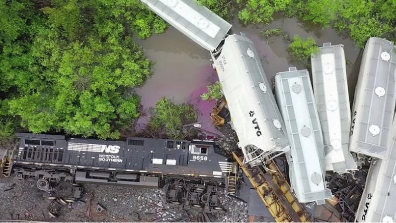 Тут целый поезд сошел с рельсов из-за высокой воды.