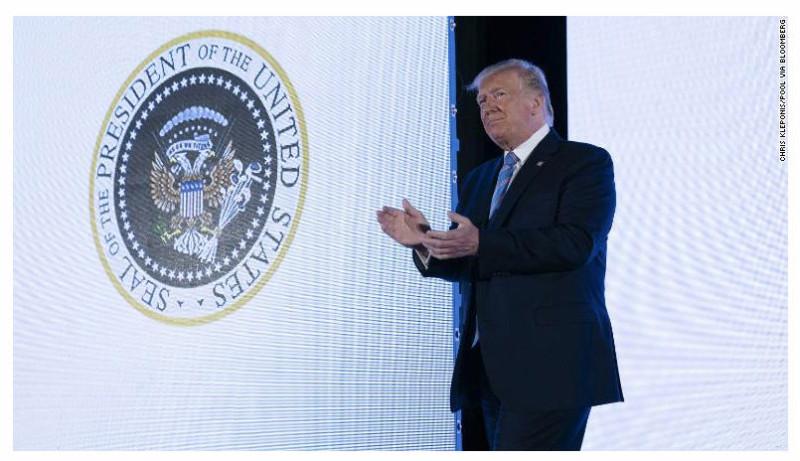 Трамп входит на сцену на собрании консервативных тинэджеров - республиканских Трамп-югентов.