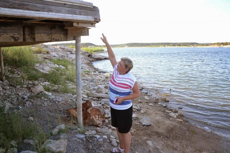 Видна на этом снимке. Несколько лет назад это был пирс, с которого люди ловили рыбу.