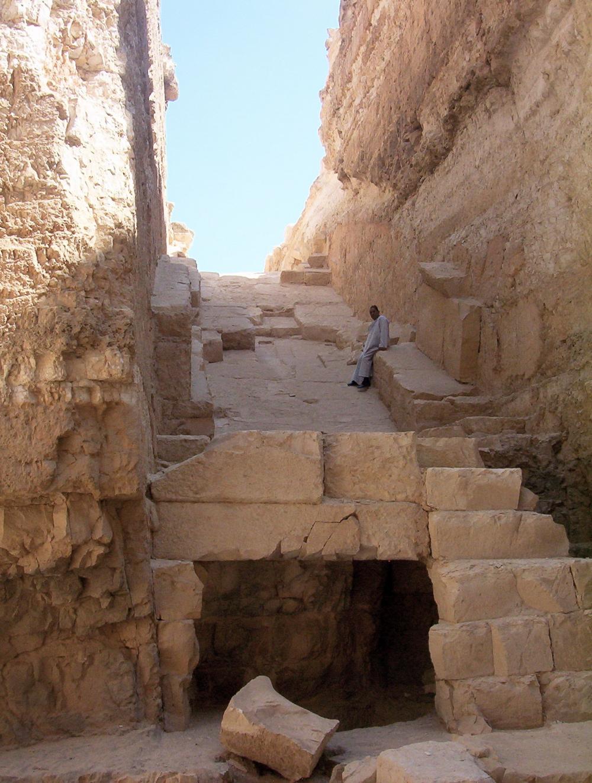 Вид изнутри бывшей пирамиды
