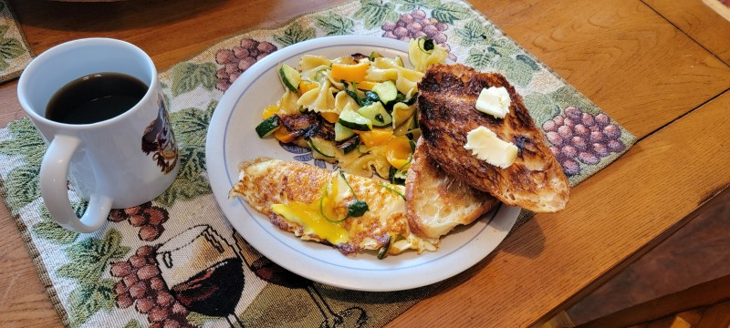 Сегодня мне исполнилось 63 года и, я давно понял что то что осталось от жизни  надо проживать с максимальным удовольствием. Это включает приготовку завтрака. Минимум мой завтрак включает 2 яйца, все остальное зависит от того что я найду в холодильнике.