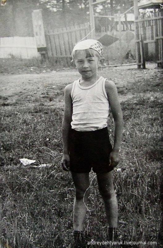 Каменка. Дехтярук Андрей у входа.1980-е годы.