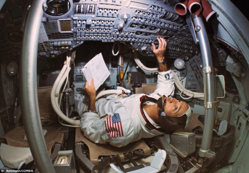 Коллинз в командном модуле Аполлона-11