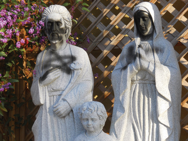 Гомосексуалисты осквернили католический храм 02 04 2011