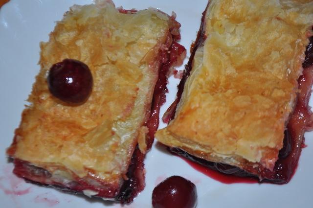 Рецепт пирога с вишней из готового слоеного теста