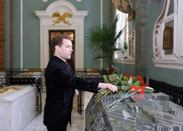 Медведєв біля могили соратника Володимира Путіна?