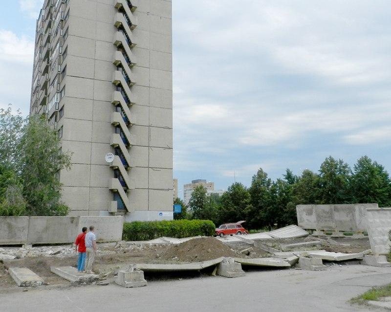 И после... Сваленные бетонные секции числом восемь штук ремонту не подлежат и оцениваются в 65 тысяч рублей.