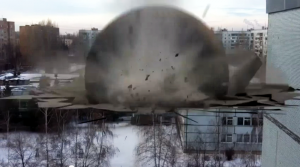 Видео: Спасайся кто может! Жесть! В Тольятти на школу упал метеорит!