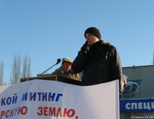 На трибуне - Андрей Асташкин. 26 января 2014 года в Самаре около Дворца спорта (ул. Физкультурная, 101) состоялся митинг за сохранение зелёных зон города.