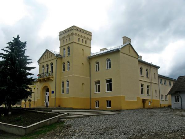 14 Карапчів. Палац Криштофовичів