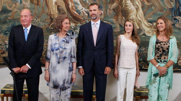 los-reyes-los-principes-y-la-infanta-elena-cenan-con-las-autoridades-baleares_principalTresGrande