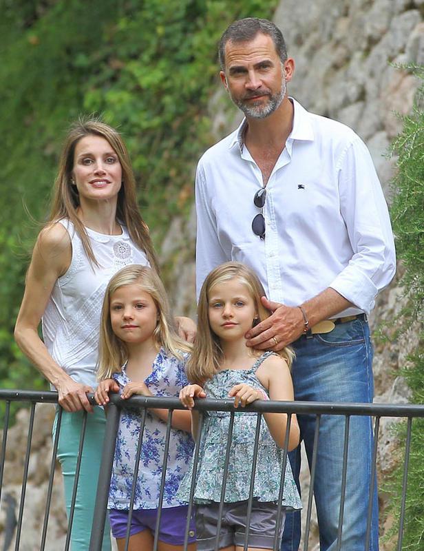 letizia-regresa-a-madrid-y-deja-en-mallorca-al-principe-y-sus-hijas_ampliacion