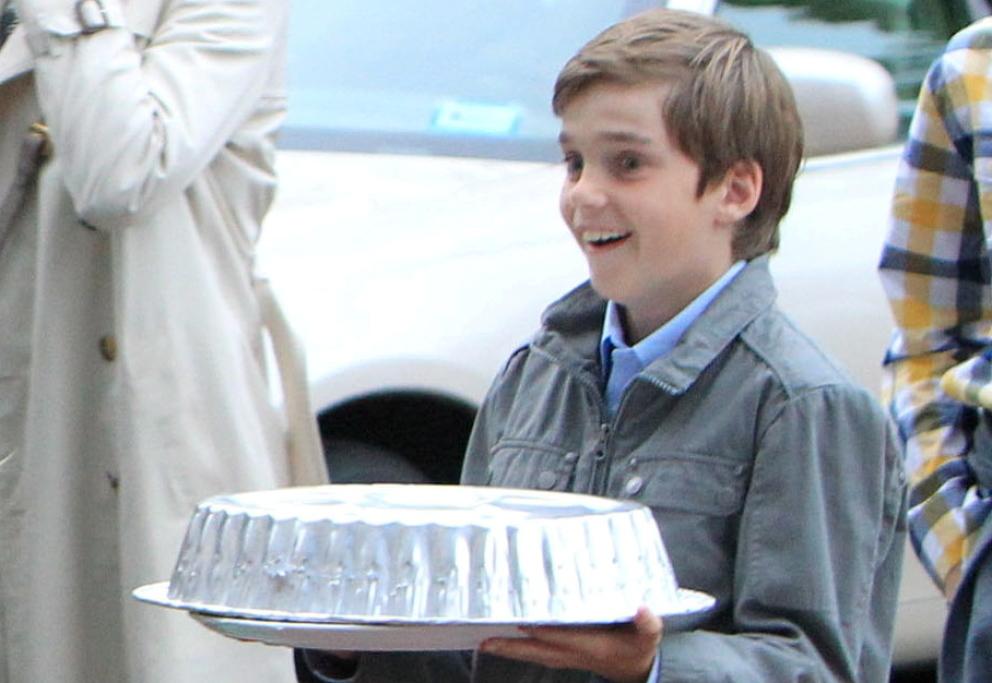 llevando-la-tarta-del-cumpleanos-de-su-hermano-miguel-en-2010-i-c