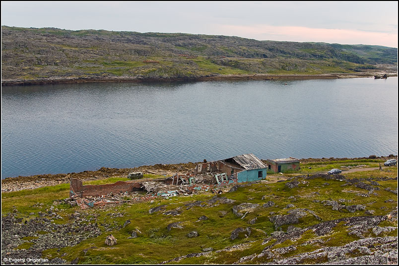 Губа Порчниха и руины гарнизона. На противоположном берегу видны старые топливные цистерны.