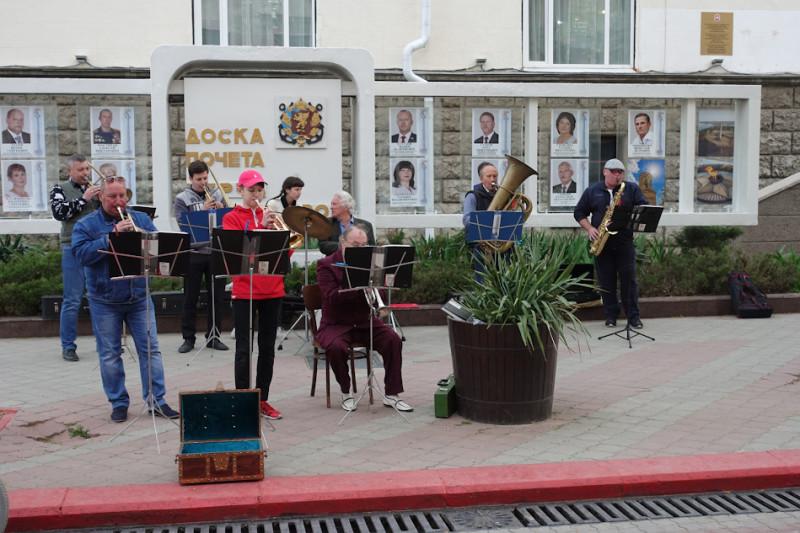 как и в советские времена играет оркестрик, радует молодежь в его составе