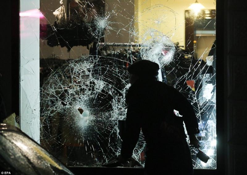 300E08B500000578-3395246-Doner_kebab_fast_food_stalls_were_destroyed_cars_set_ablaze_and_-a-10_1452589974913