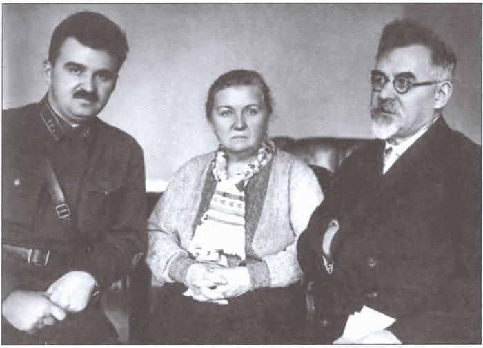 1434936944_pered-novym-naznacheniem.-leonid-grigorevich-petrovskiy-vmeste-s-roditelyami.-22-dekabrya-1937-g