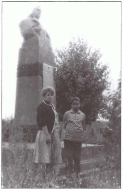1434936864_olga-leonidovna-s-synom-leonidom-nazvannym-tak-v-chest-otca-u-pamyatnika-generalu-l.g.-petrovskomu-v-staroy-rudne.-1960-g