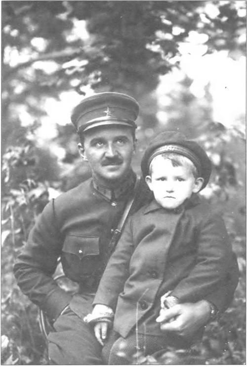 1434936888_leonid-grigorevich-petrovskiy-s-docheryu-olgoy.-orel.-1930-g