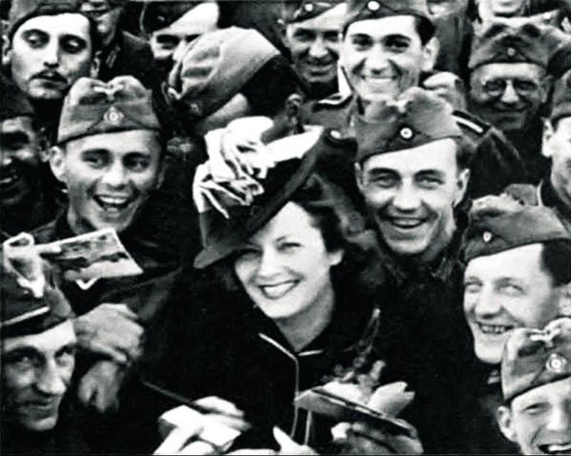 Ольга Чехова среди немецких солдат