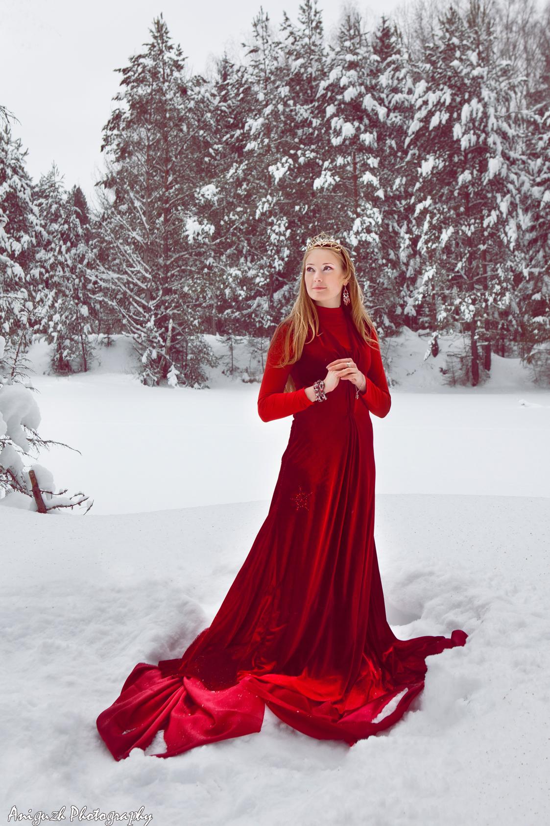 Зимнее фото в лесу с девушкой