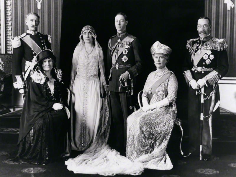 Отрывок из книги «Вырастить их королями» о детстве королевы Елизаветы II (часть I)