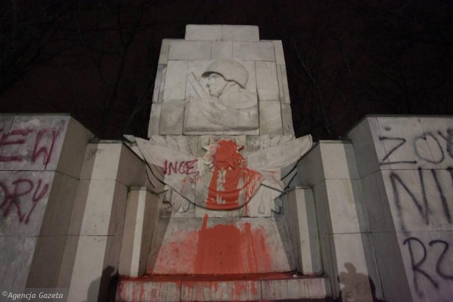 z15098683IH,Pomazany-pomnik-Wdziecznosci-Armii-Radzieckiej-w-p