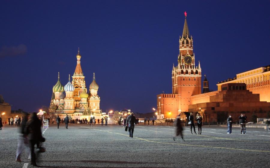 rossiya_moskva_kreml_krasnaya_ploschad_lyudi_dvizhenie_vecher_47943_2560x1600