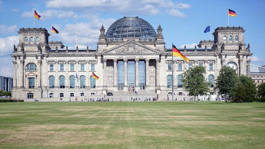 flagi-germanii-i-evrosojuza-na-zapadnom-fasade-rejhstaga.jpg