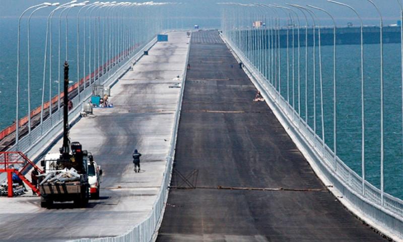Poroshenko-vyidvinuta-petitsiya-na-zapret-stroitelstva-Kryimskogo-mosta