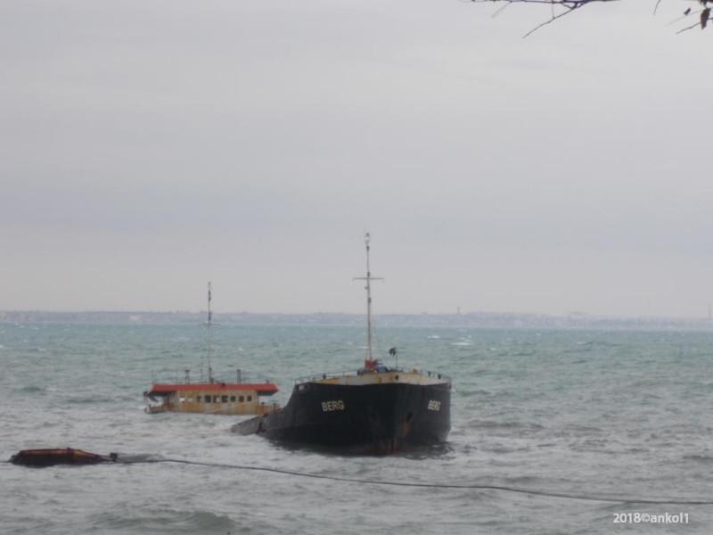 Временный памятник затопленному кораблю