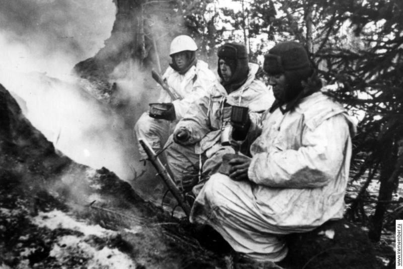 Красноармейцы-пехотинцы на Северном фронте на привале с котелками образца 1924.