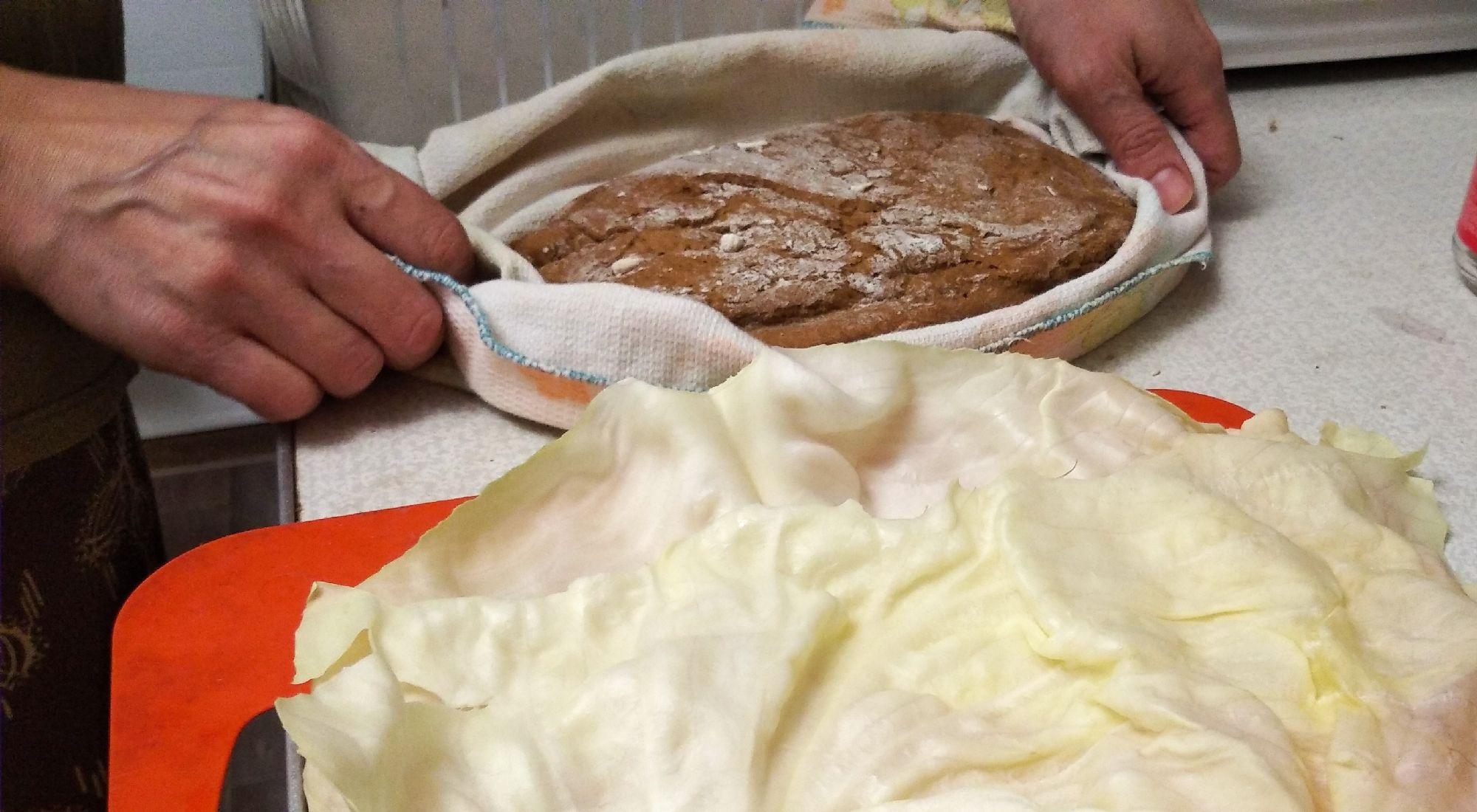 Долго не могли придумать, как поместить хлеб в печи так, чтобы его Донце не пригорело, ведь температура в печи за 300.Подсказали мои тётушки, которые выросли в деревне на Смоленщине. Моя бабушка выкладывала хлеб не на противень, а на капустный лист. Это такой народный лайфхак. Попробовали и мы сделать то же самое.