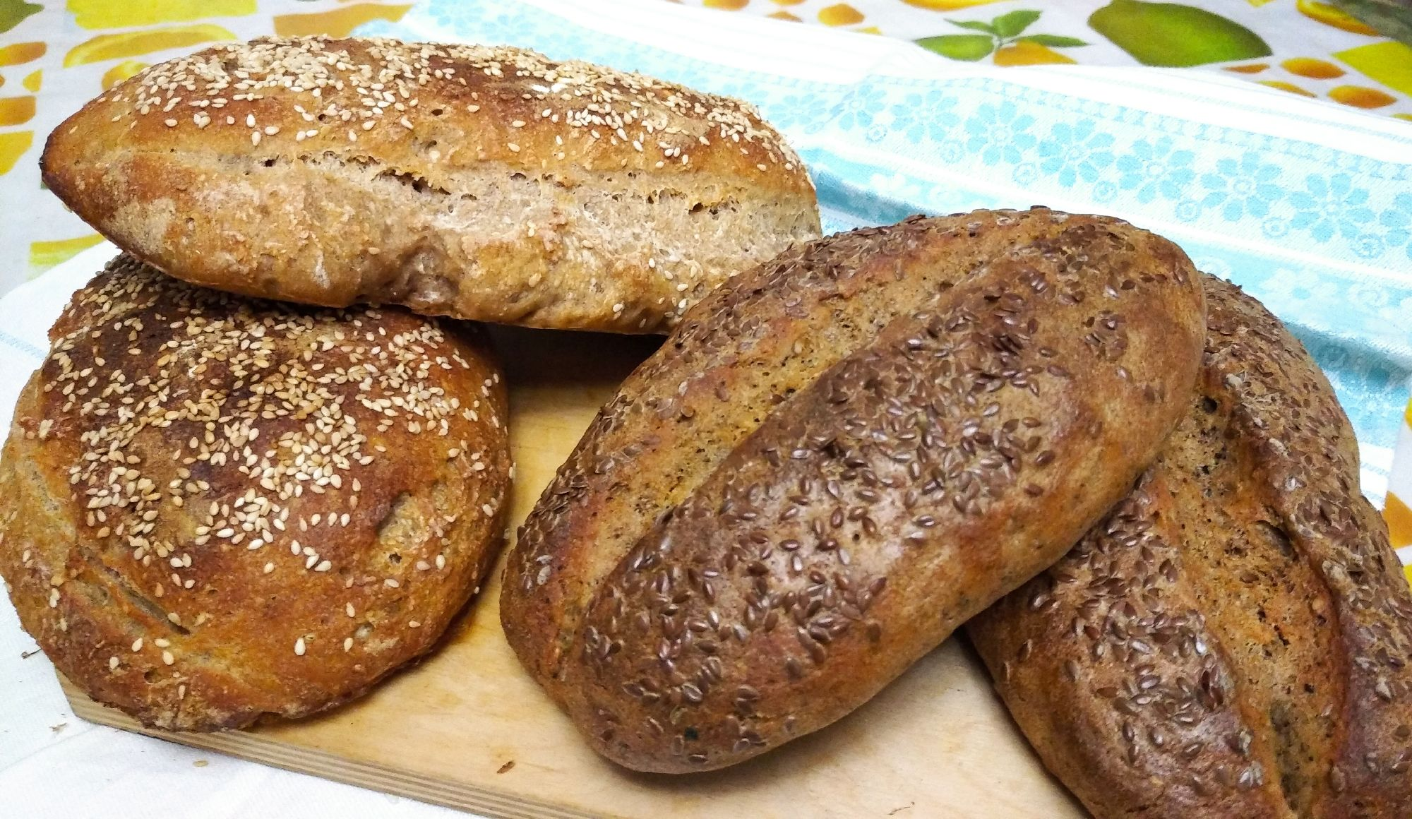 При выпекании в духовке, мы добились красивого и аппетитного внешнего вида, но вкус и консистенция оставляли желать лучшего. Хлеб получался по разному, он либо не пропекался, либо был излишне плотный и тяжелый, как камень. Были и другие проблемки.