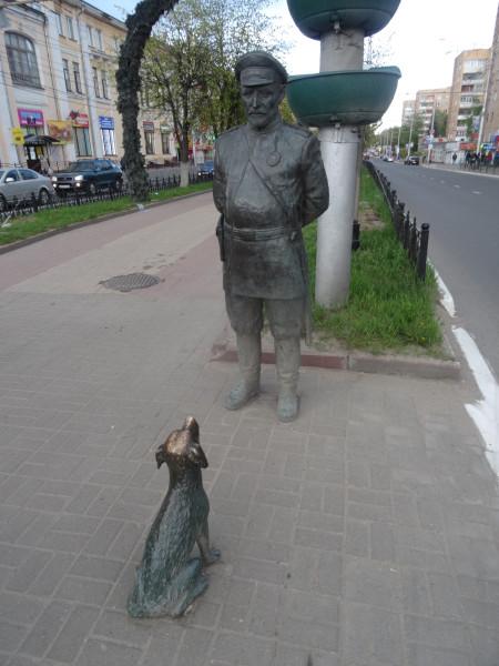 Городовой с собачкой на улице Кирова
