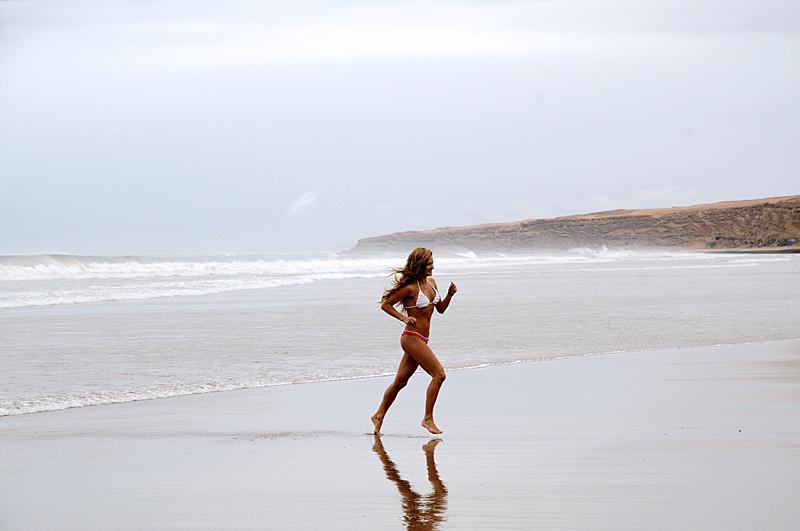1043 девушка пляж 800