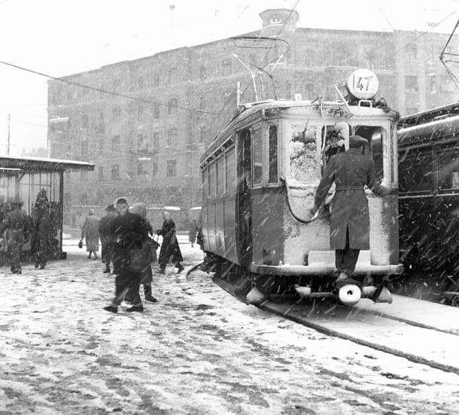 A 47.sz. villamos vezetője lerörli a havat az ablakról a Móricz Zsigmond körtéren 1959- ben. Vadas Ernő felvétele.