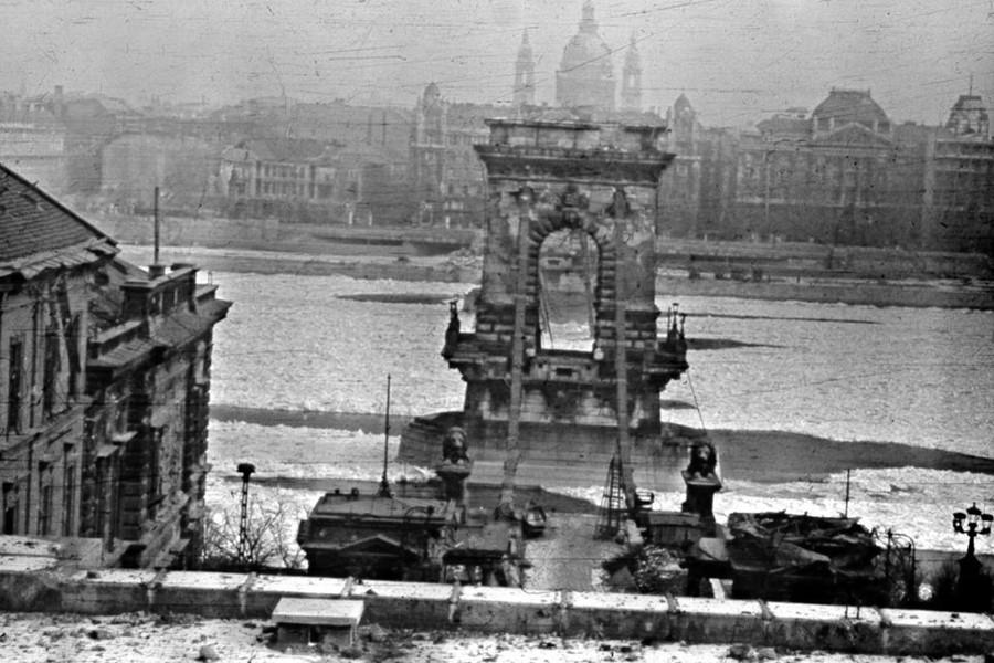 1945. Magyarország, Budapest I. a lerombolt Széchenyi Lánchíd az Alagút tetejéről nézve.