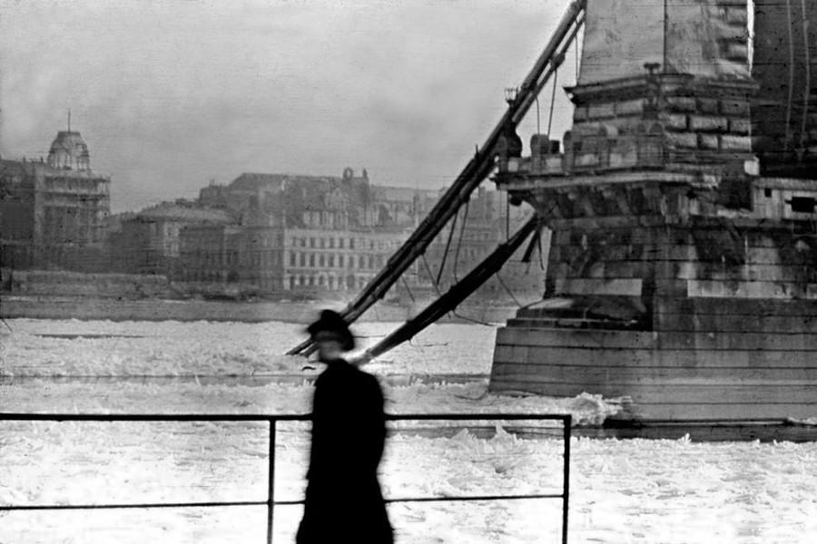 1945. Magyarország, Budapest I. a lerombolt Széchenyi Lánchíd megmaradt budai oldali kapuzata.