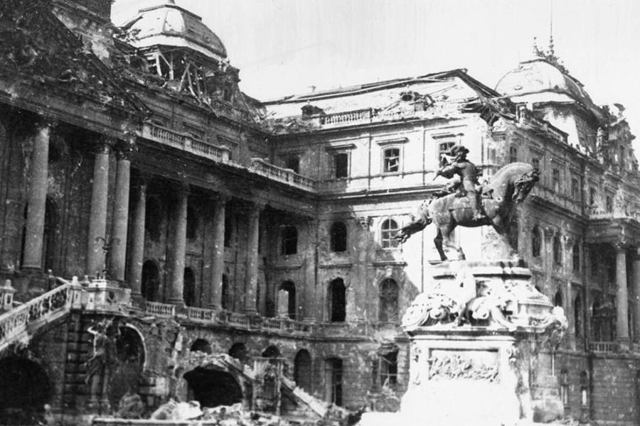 1945. Magyarország, Budapest I., budai Vár a romos Királyi Palota (ma Budavári Palota), előterében Savoyai Jenő lovasszobra (Róna József, 1899.).