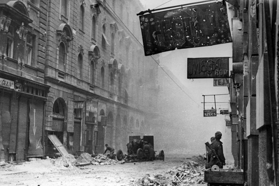 1945. Magyarország, Budapest IX. a Ráday utca Török Pál utca és Erkel utca közötti szakasza.