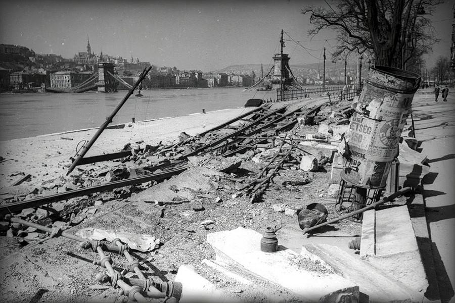 1945. Magyarország, Budapest V. Dunakorzó a lerombolt Lánchíd felé nézve.