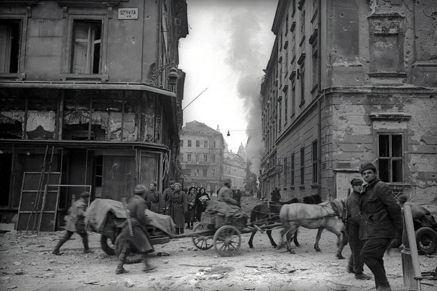1945. Magyarország, Budapest V. Szervita tér a Bárczy István (Kamermayer Károly) utca felé nézve, jobbra a Városház utca.