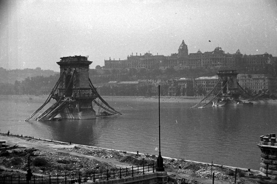 1945. Magyarország, Budapest V., Budapest I. a lerombolt Lánchíd és a Királyi Palota (ma Budavári Palota) a Széchenyi István (Ferenc József) tér felől nézve.