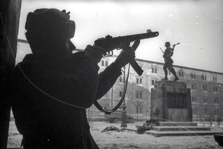 1945. Magyarország, Budapest VIII. Harminckettesek tere, jobbra a 32-es Honvéd Gyalogezred emlékműve (Szentgyörgyi István, 1933.).